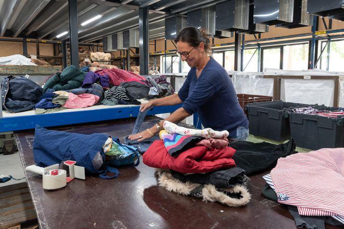 Inzameling van textiel bij het Kringloopcentrum in Amersfoort. Door de terugloop van personeel, konden er vorig jaar minder goederen worden verwerkt.