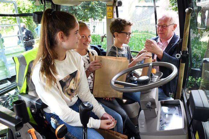 Archieffoto: Bij basisschool Doelakkers in Hilvarenbeek wordt het startschot gegeven voor een campagne om kinderen te waarschuwen voor het gevaar van landbouwverkeer in de oogsttijd.