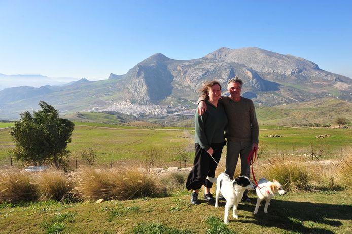Katrien van Dooren (47) en Patrick Van Steenwinkel (55)  vanop 'hun' heuvel met zicht op Valle de Abdalajís, bij de bergketen Sierra de Abdalajís.