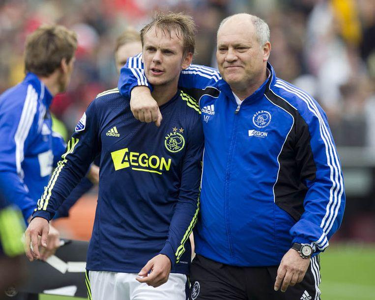 Siem de Jong (L) en trainer Martin Jol zijn blij na afloop van de met 1-2 gewonnen wedstrijd tegen Feyenoord. De Jong maakte de 0-1. Beeld