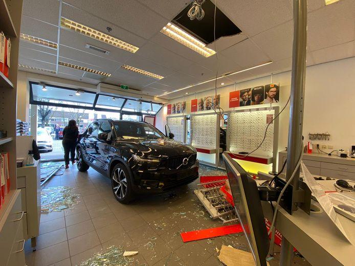 De auto is een brillenwinkel in Veenendaal binnengereden.