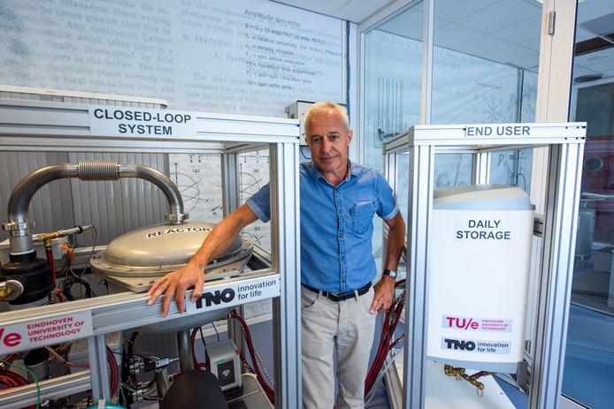 Prof. Olaf Adan bij zijn proefopstelling van de warmtebatterij in een laboratorium op de TU/e.