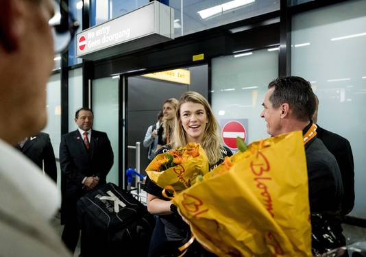 Keepster Tess Wester bij aankomst op Schiphol.