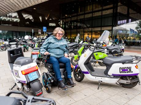 Marijke (55) moet omrijden met rolstoel, omdat deelscooters fout staan geparkeerd: 'Kost veel energie'