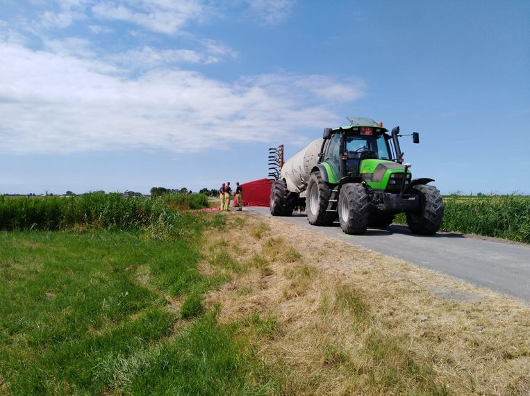 De chauffeur van de tractor ging nog op de rem staan, maar kon de vrouw niet meer ontwijken.