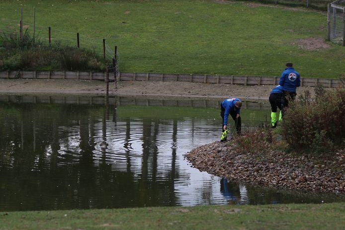 Een gespecialiseerd team zoekt naar de vrouw in het water op het terrein van haar zorginstelling 's-Heeren Loo in Ede.