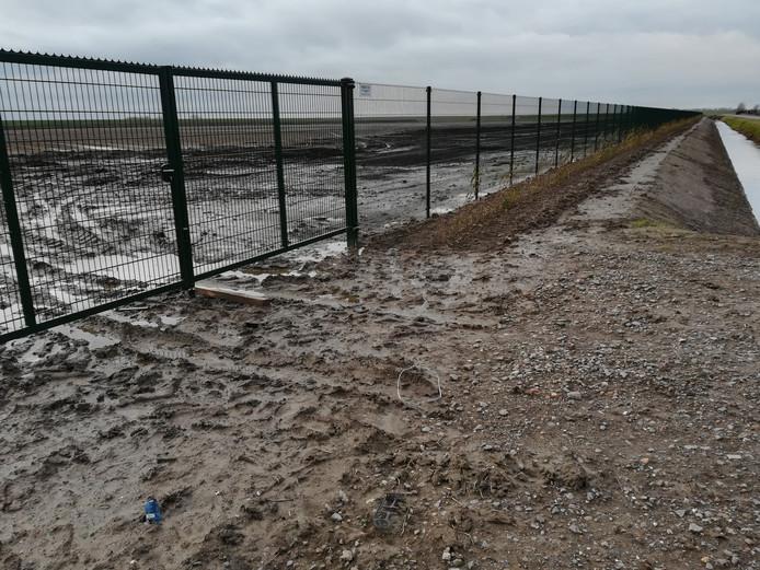 De groenstrook ligt tussen het hek en de sloot. Volgens Slager is die veel te smal.