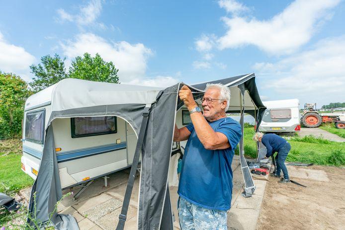 Terwijl de zon eindelijk gaat schijnen breekt Bert van Zelst uit Vreeswijk de voortent af. Op camping Clementie in Vianen worden caravans verplaatst vanwege naderend hoge water. Een gedeelte van de camping dreigt de komende dagen onder water te lopen.