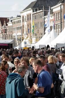Grote drukte op zeldzaam warme Bokbierdag in zomers Zutphen