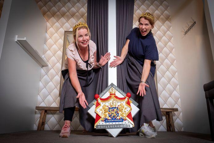 Tadaaah het koninklijk wapenschild: de lingeriezaak van Marieke (l) en Christine is officieel hofleverancier.