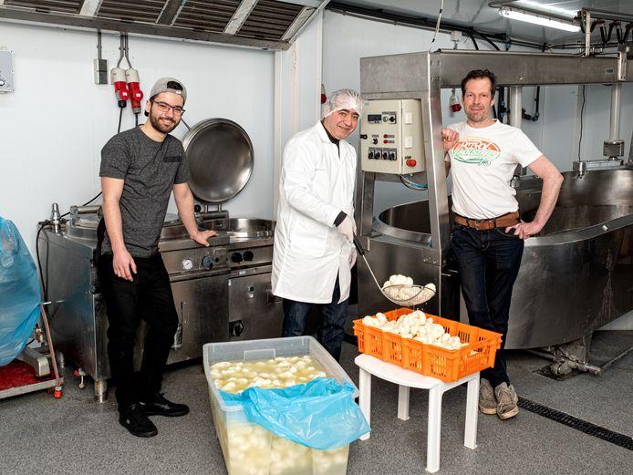 Vader Nidal Aswad en zoon Mazen kwamen als oorlogsvluchtelingen uit Syrië naar Nederland. Ze maken en verkopen nu Syrische kaas, gemaakt van melk van koeien van melkveehouder Ramon van Roomen uit Leusden.