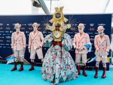 Songfestival nu echt begonnen, kandidaten stellen zich voor op turquoise loper