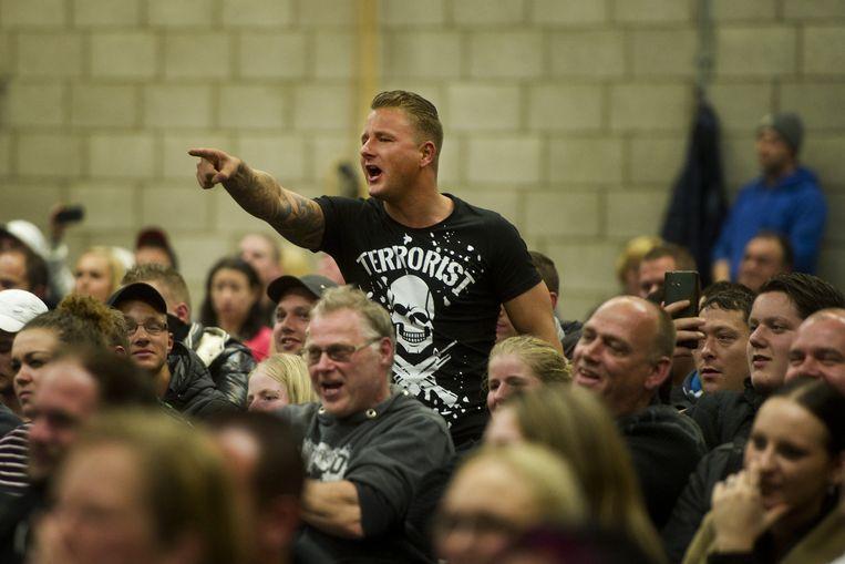 Buurtbewoners reageren tijdens de gemeenteraadsvergadering in sporthal 't Cromwiel. De vergadering van de gemeenteraad was bedoeld om te horen hoe de inwoners van de Brabantse gemeente over asielopvang denken. Beeld anp