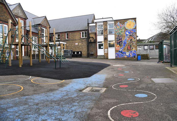 Een lege speelplaats bij een school.