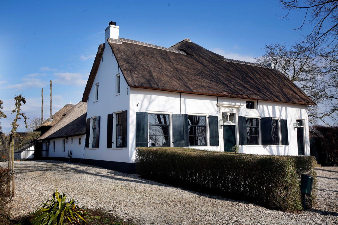 De monumentale boerderij De Lindenhof. Hier kun je tegenwoordig knus overnachten.