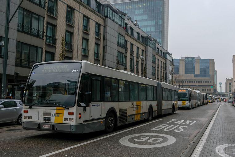 Bussen schuiven aan in de Vooruitgangstraat.