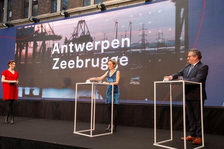 Antwerps schepen voor de Haven Annick De Ridder en Brugs burgemeester Dirk De fauw (CD&V) op de voorstelling van de fusie. Beeld BELGA