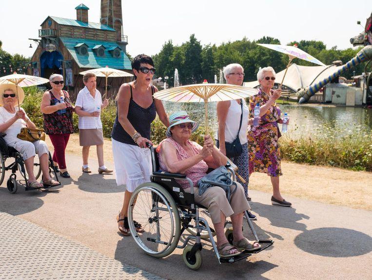 De bezoekers op de buurtdag kregen ook al parasols. Beeld Benoit De Freine