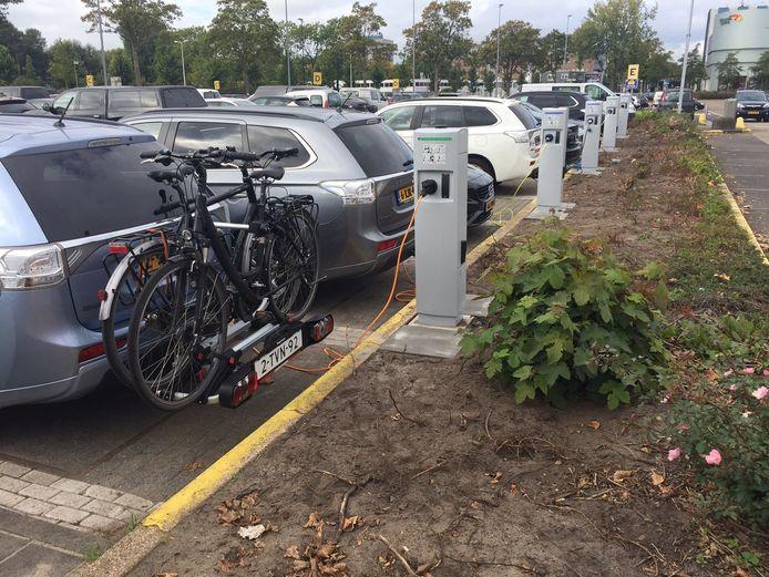 Een batterij laadpalen voor elekrische auto's