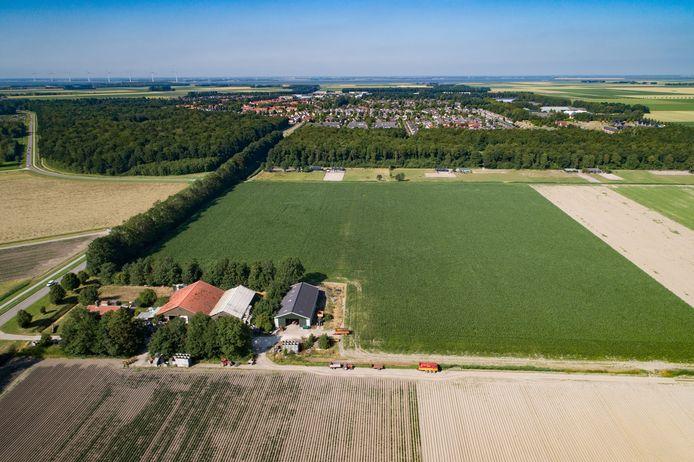 De Bisonweg met op de achtergrond Swifterbant, door de gemeenteraad aangewezen als uitbreidingslocatie.