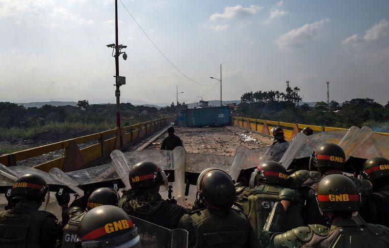 De Venezolaanse veiligheidsdiensten bewaken de afgesloten bruggen naar Colombia.