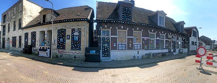 Een deel van de gekraakte panden aan de Langelermaatweg. Links het vroegere kantoor van de smeerpotjesfabriek met woning. Daarnaast de afbraakwoningen voor vroegere werknemers.