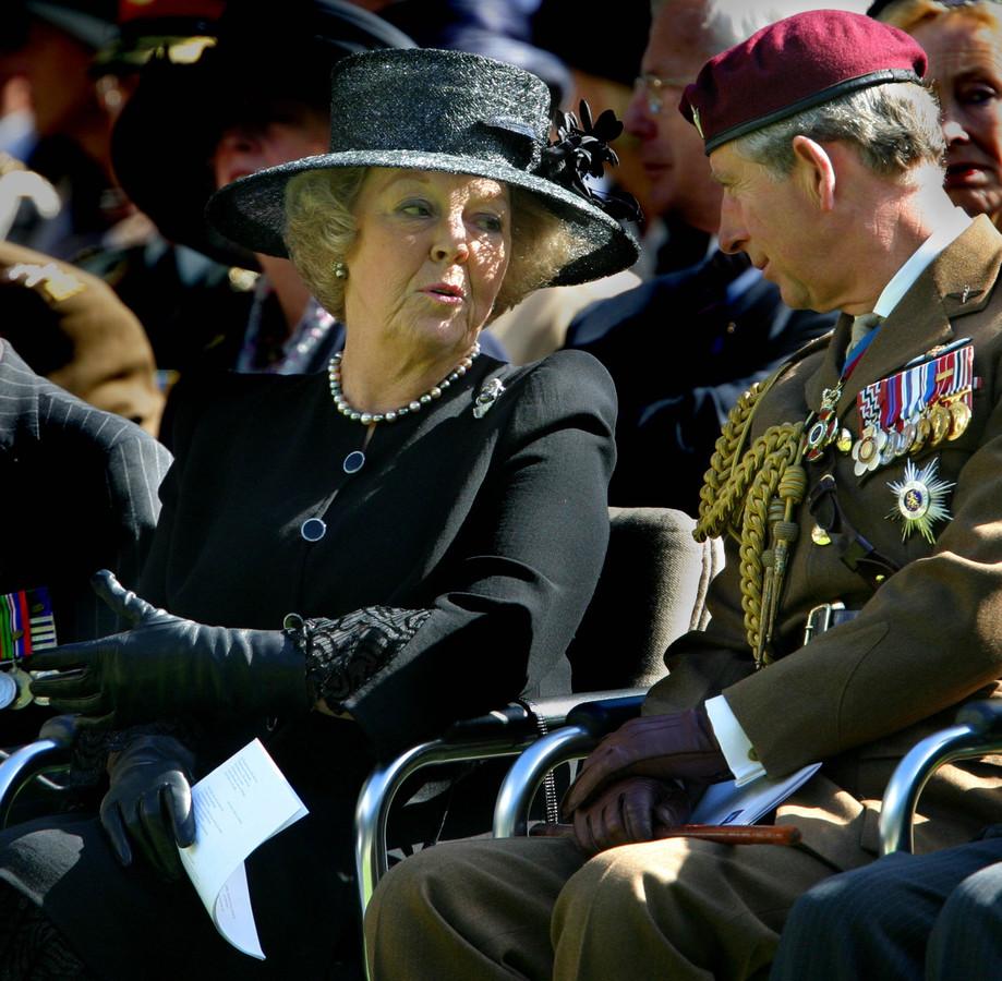 Beatrix en Charles tijdens de officiele herdenking van de slag om Arnhem op de Airborne Begraafplaats in Oosterbeek in 2013.