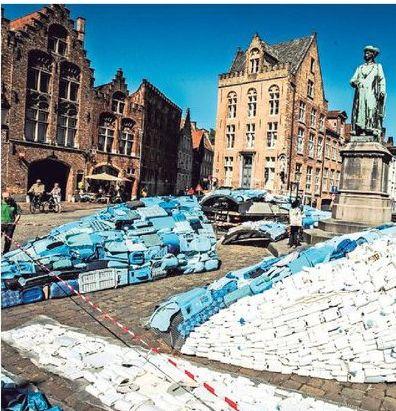 De walvis van plastic afval was gisteren nog niet afgewerkt.