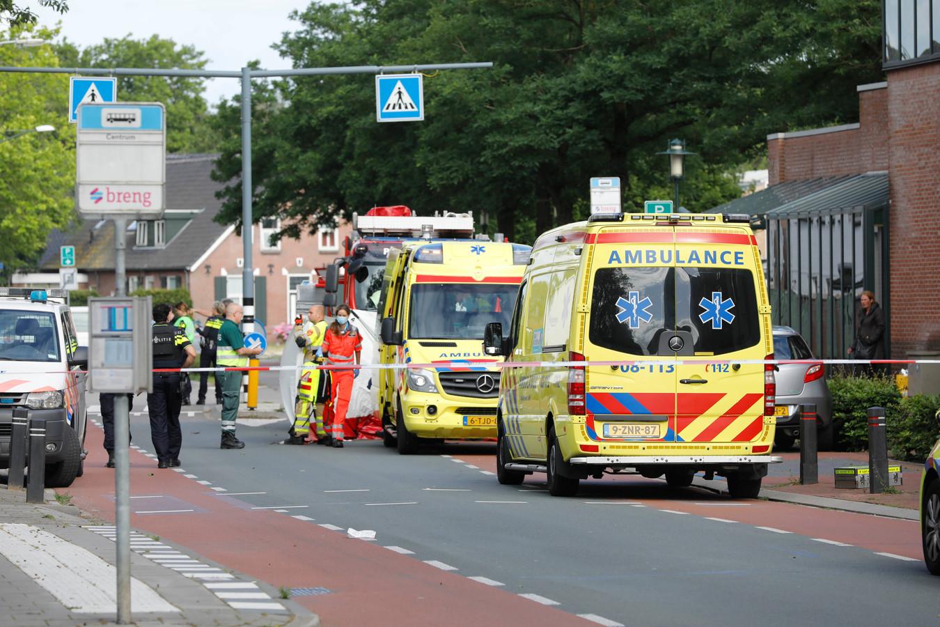 Hulpdiensten na de fatale schietpartij in Beuningen die klusjesman Mehmet Kilicsoy het leven kostte.