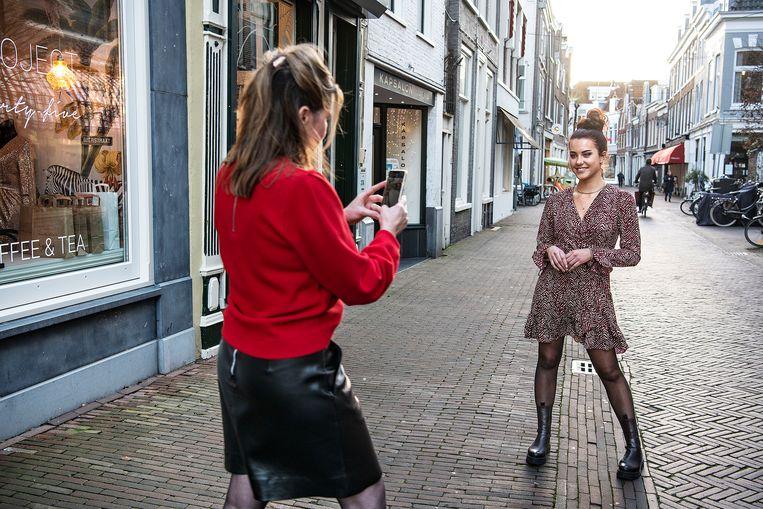 Eigenaar Modewinkel Concept 35 maakt foto's voor Facebook, om de handel via internet te stimuleren.  Beeld Guus Dubbelman / de Volkskrant