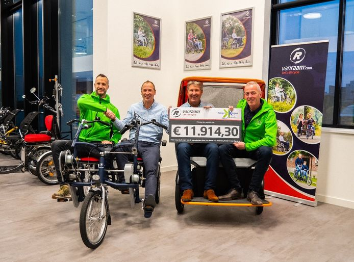 Maarten Idink (Kanjers voor Kanjers), Jan-Willem Boezel (Van Raam), John Theissen (Kanjers voor Kanjers) en Ronald Ruesink (Van Braam) met de cheque.