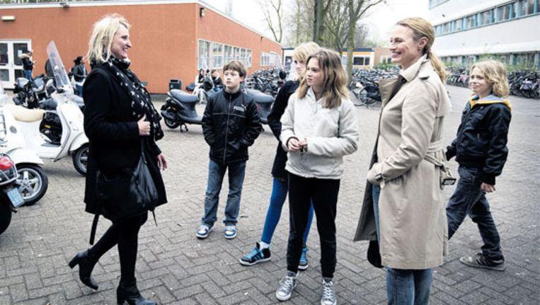 Kinderen die zijn uitgeloot voor de school van hun keuze en hun ouders bezoeken Het Bredero Lyceum in Amsterdam-Noord met een nieuwe school voor excellente vwo-leerlingen. Beeld