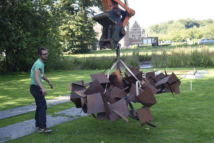 Kunstenaar Maarten Schaubroeck bij een van zijn ijzeren creaties.