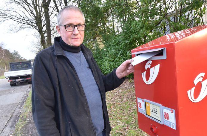 Stefan Dielis van Dielis Afbraakwerken bij de postbus waaruit zijn facturen zijn gestolen.