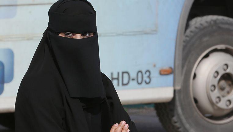 Een Saoedische vrouw buiten een stemlokaal. Beeld AP