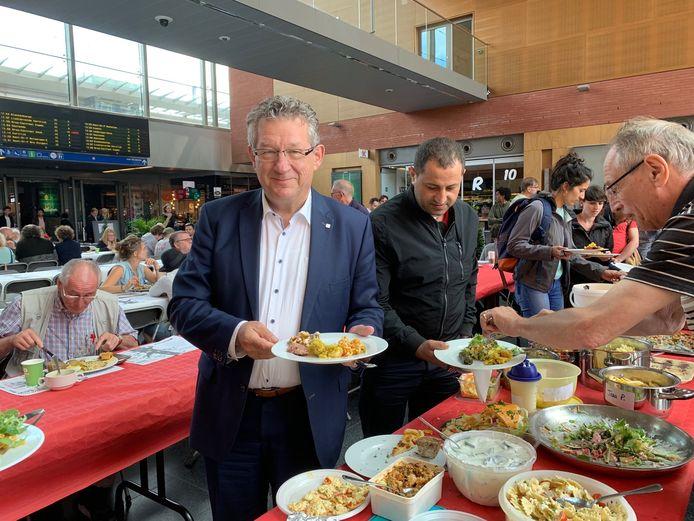 Vierkante langste tafel in het Brugs station: ook burgemeester Dirk De fauw was van de partij