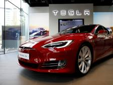 Tesla Model S vliegt in brand in garage