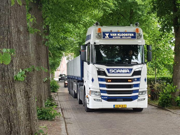 Zwaar vrachtverkeer in de Lambertusstraat in Hedikhuizen.
