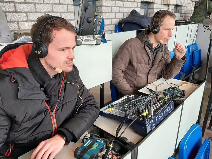 Tony van Noije (links) en René Treur voorzien de blinde Willem II-supporters van een radioverslag.