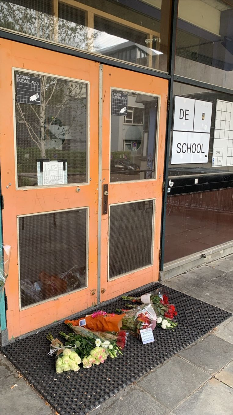 Voor de deur van De School zijn bloemen gelegd.  Beeld