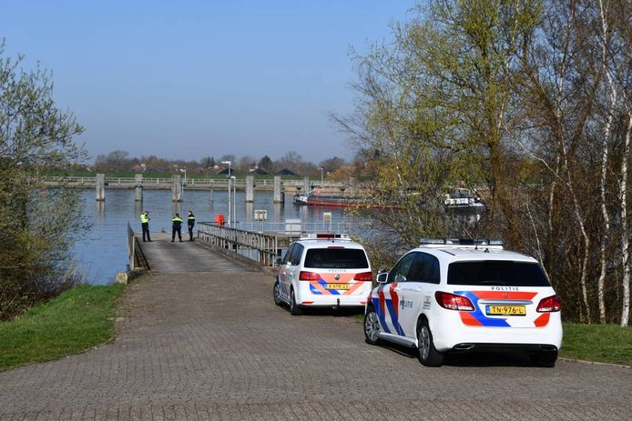De auto werd gevonden in het water van de haven aan het Schelde-Rijnkanaal. Reden voor de politie om flink uit te rukken.