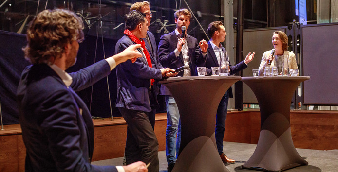 Verkiezingsdebat Klimaat & Energie in Tilburgse LocHal. Met van links naar rechts de discussieleider van de universiteit  verder vertegenwoordigers  van SP, VVD, Groen Links, PvdA en D66.