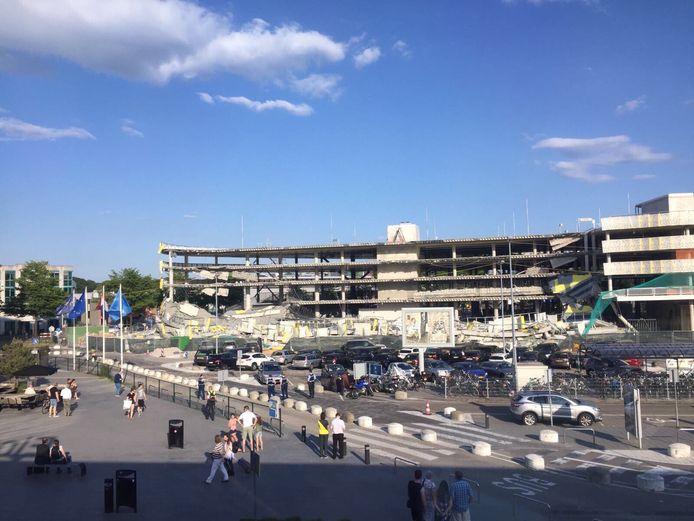 Een deel van de in aanbouw zijnde parkeergarage bij Eindhoven Airport is zaterdagavond ingestort.