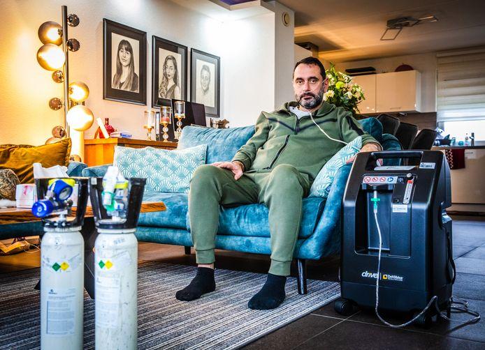 Ziad Awad (46) uit Dordrecht zit aan de zuurstof in zijn woning in Dordrecht.