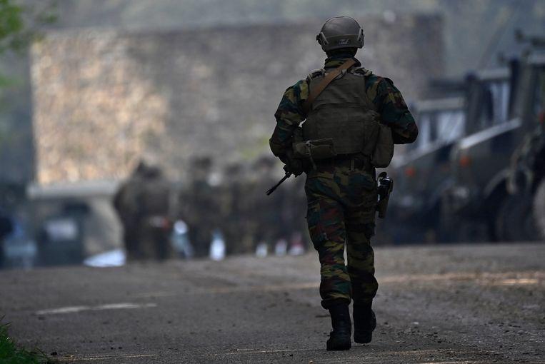 Zwaarbewapende soldaten verzamelen zich bij de ingang van Nationaal Park Hoge Kempen in Maasmechelen op de derde dag van de klopjacht op militair Jürgen Conings. Beeld BELGA