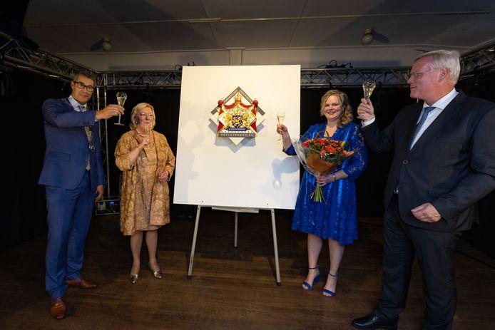 Uitreiking Predicaat Hofleverancier aan Siebrand B.V. IJsselmuiden door Commissaris van de Koning Andries Heidema (r) aan Henny Nankman-Leeuw (midden-links) en Fleur Spoelstra-Nankman. Het bedrijf viert deze week haar 100-jarig bestaan.