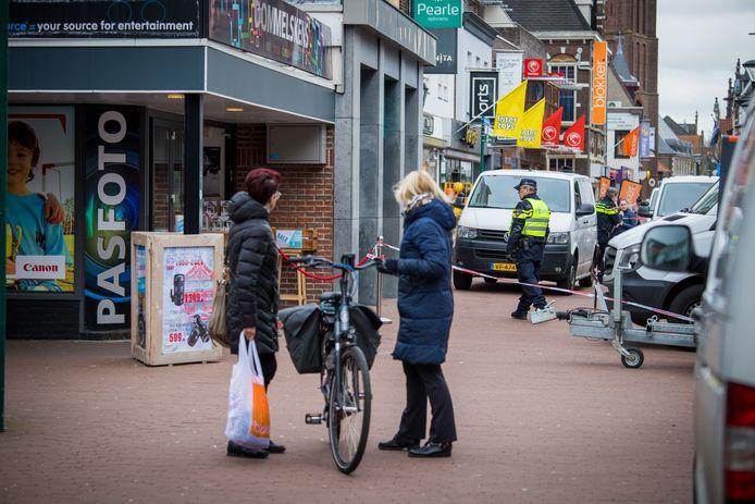 De moord op tonprater Frank Schrijen aan de Steenstraat in Boxmeer: omstanders kijken wat er aan de hand is.