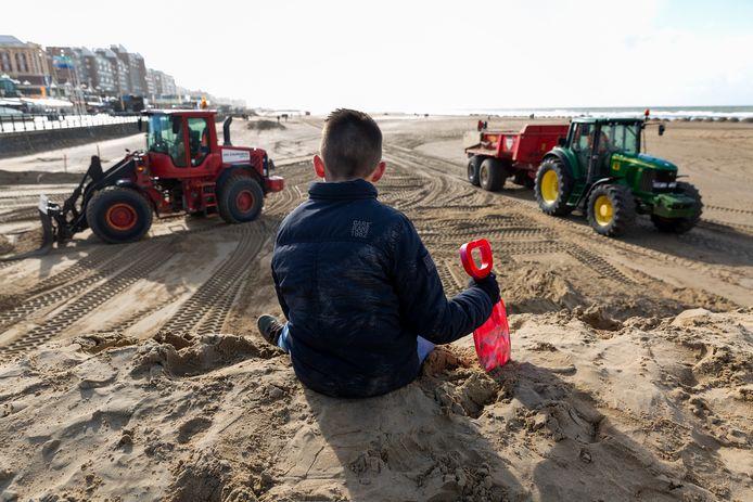 Werkzaamheden op het strand klaar te maken voor het seizoen zijn alweer in volle gang.