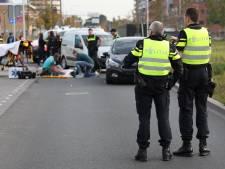 Scooterrijder met spoed naar ziekenhuis na botsing met auto op Binckhorstlaan