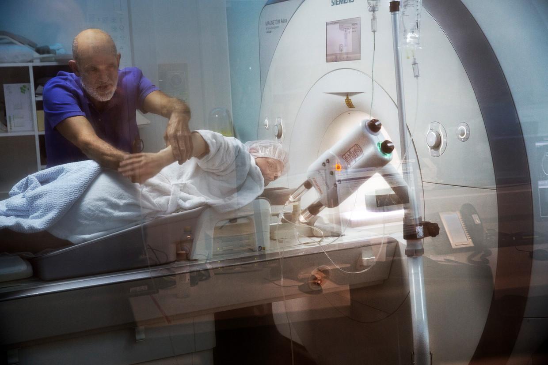 Een patiënt ondergaat een MRI-scan in hetOLVG-ziekenhuis in Amsterdam.  Beeld HH